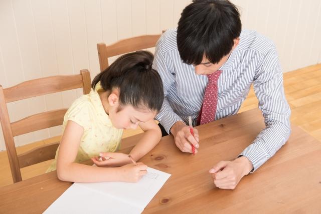 生徒を教える新任の先生
