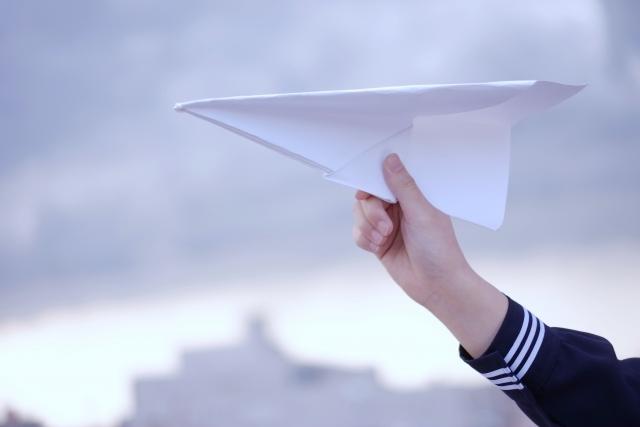 夢に向けて飛び立つ紙飛行機