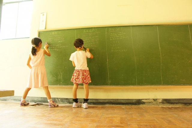 黒板の前にいる子供2人