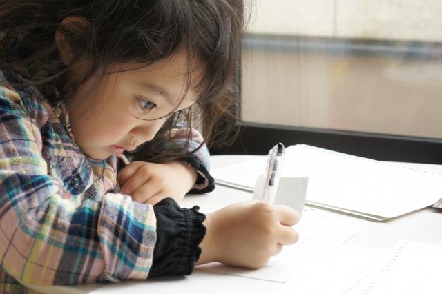 ひたむきに勉強する子供