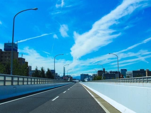 高速道路での自動車の走行中