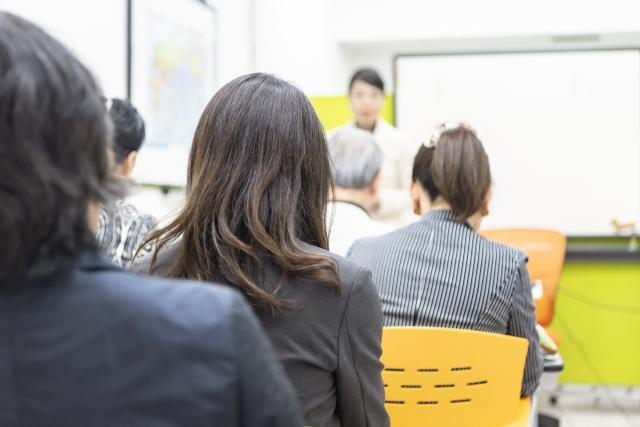 社内会議の冒頭シーン
